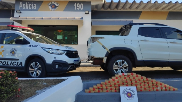 Em Adamantina Mulher é presa pela PM Rodoviária com 65 tijolos de pasta base de cocaína na SP-294,