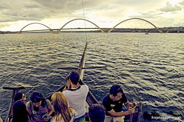 Blogueiros de viagem participam de passeio de barco no Lago Paranoá