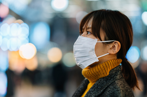 "Penyakit SARS Pada Tubuh Manusia Pengertian SARS SARS atau Severe Acute Respiratory Syndrome merupakan salah satu jenis penyakit pneumonia. SARS pertama kali ditemukan menyebar di Cina pada November 2002. Penyakit tersebut kemudian menyebar dengan cepat ke seluruh dunia dan mewabah di 29 negara dalam beberapa bulan saja, lewat penyebaran dari pada penderita berupa turis dan masyarakat Cina yang melakukan perjalanan ke luar negeri.  Meskipun diketahui bahwa 9 dari 10 penderita SARS dapat sembuh dari penyakit tersebut, SARS merupakan penyakit yang dapat menyebabkan kematian apabila penderita tidak diberikan penanganan segera yang tepat. Maka dari itu, pemerintah diharapkan untuk bersikap cekatan dalam mengupayakan suatu bentuk penyadaran masyarakat tentang cara mencegah SARS, pengadaan alat pengidentifikasi penderit SARS, penemuan metode yang tepat untuk mendiagnosa penderita, dan pengadaan suatu tempat isolasi bagi para penderita untuk mencegah penyebaran yang tidak terkendali.  Pada Juli 2013, wabah SARS yang menyebar telah terkendali dan dapat ditekan hingga angka yang sangat minim sehingga tidak lagi terdapat suatu keluhan penyakit serupa sejak tahun 2004.  Tanda dan Gejal SARS Pada awal terjangkitnya SARS, para penderita biasanya mengalami ciri-ciri keluhan seperti flu biasa, yang diantaranya :  Demam di atas 38 derajat celcius lalu dengan meriang Tubuh gemetar Nyeri otot Sakit kepala Batuk tidak berdahak Kelelahan Beberapa keluhan yang lebih serius biasanya berupa pneumonia yang parah dan berkurangnya kadar oksigen pada darah.  Penyebab SARS Penyebab SARS dalah virus corona, yaitu virus yang biasanya menyebabkan flu pada manusia. Kelelawar dan musang merupakan hewan yang biasanya disebut-sebut sebagai ""sumber virus"" SARS karena virus tersebut biasanya disebarkan melalui sistem pernafasan mereka, sehingga apabila menghirup udara yang mengandung virus SARS, akan terjangkit penyakit tersebut.  Dapat juga terjangkit virus SARS apabila melakukan suatu bentuk kontak d"