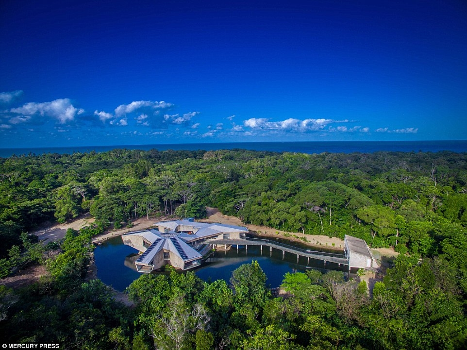 10-Aerial-View-of-the-House-Charles-Wright-Architecture-with-Star-Wars-Millennium-Falcon-Inspired-House-www-designstack-co