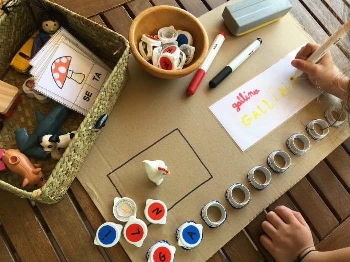 juego DIY de lectoescritura y motricidad fina con tapones aprender escribir