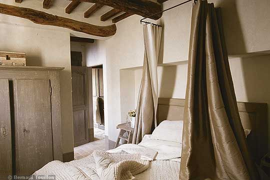 bed canopy - image by Bernard Touillon via cotemaison fr,  Août-Septembre 2005, Maison Famille, La Nouvel Le Vie d Un Mas En Provence as seen on linenandlavender.net - http://www.linenandlavender.net/2014/01/backtoprovence.html