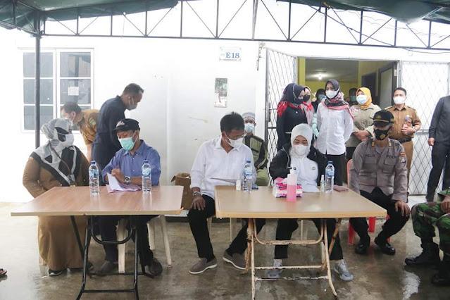 Rudi bersama Marlin Memberikan Bantuan Kepada Warga Korban Kebakaran di Baloi Mas Indah