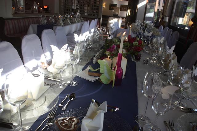 Hochzeitstafel - Deutsch-indische Hochzeit im Riessersee Hotel Garmisch-Partenkirchen, Bayern, Navy Blue, Weiß, Fuchsia, Vintage, Schmetterlinge, Ballons - #deutsch-indische Hochzeit #Riessersee Hotel #heiraten in Bayern #Hochzeit in Garmisch