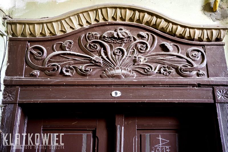 Warszawa: secesyjne zwieńczenie drzwi wejściowych do mieszkania z makami