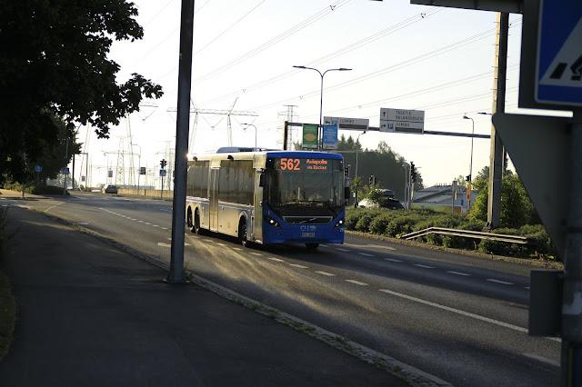 Linja 562 tarjoaa 10 minuutin välein liityntäyhteyksiä Aviapolikseen ja Tikkurilaan