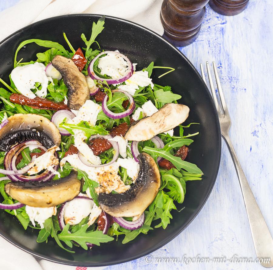 Salat mit getrockneten Tomaten und Pilzen