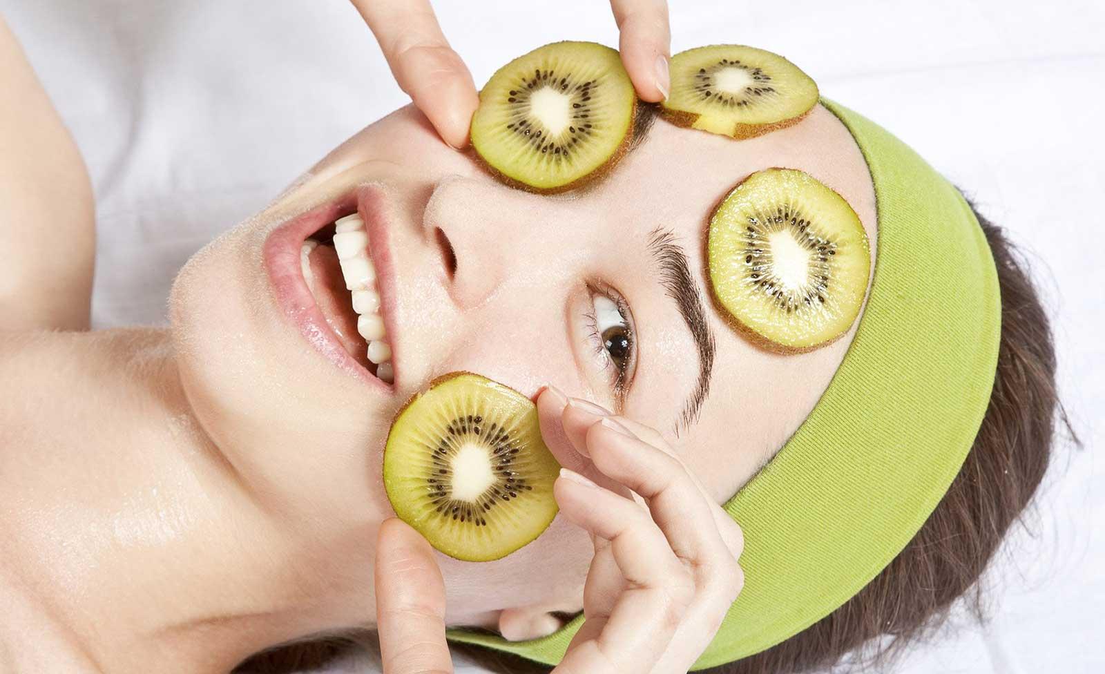 Masque facial au kiwi pour éclaircir la peau