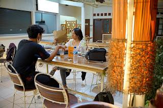 Meja dan kursi di depan foodcourt Ayara Space