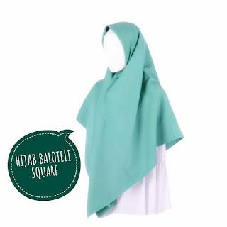 Menawan Dengan Hijab Segi Empat Syar'i