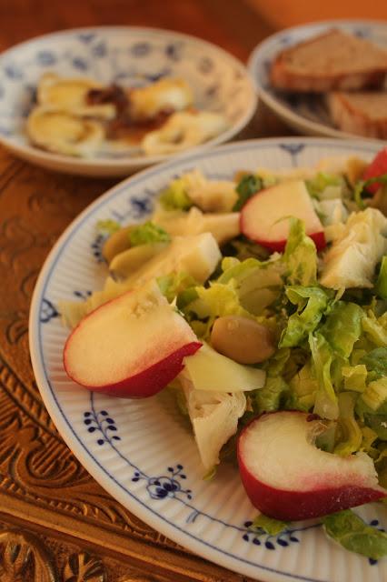 Salat mit Artischocken, Pfirsichen und karamellisiertem Ziegenkäse http://kuechenliebelei.blogspot.com/2017/06/salat-mit-artischocken-pfirsich-und.html