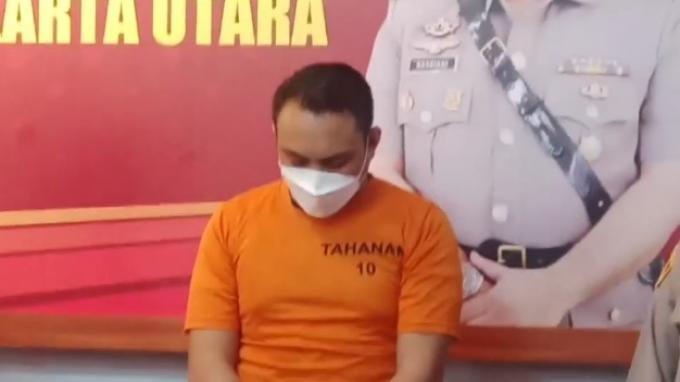 Pengemudi Pajero yang todong pistol ke sopir truk hanya tertunduk di depan polisi. Dia ditangkap kemarin saat melarikan diri. Menurut polisi, pria tersebut bukan anggota TNI. (Caoture Video Tribun Jakarta)