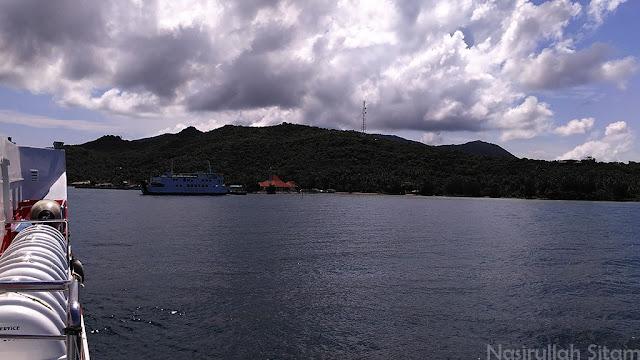 Kapal Siginjai terlihat akan berlabuh di Pelabuhan Karimunjawa