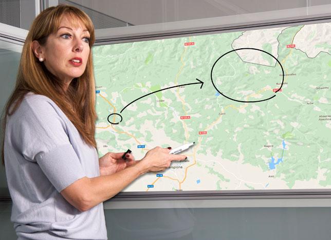 La geóloga navarra Julia Sierra explicando el fenómeno en su pizarra digital