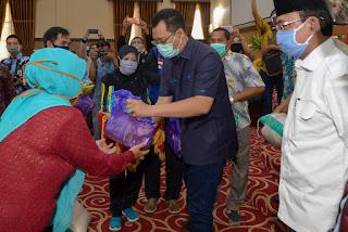 Gubernur dan Wali Kota Mataram Serahkan Paket Bantuan JPS Covid-19