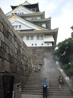 le scale che portano al castello di Osaka