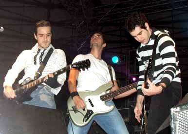 Foto del la banda Panda tocando en concierto