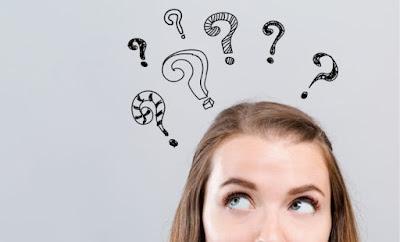 Mujer con preguntas en la cabeza