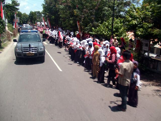 Di Aceh Singkil, Menteri Agama Disambut Dengan Bendera dan Tarian Dampeng