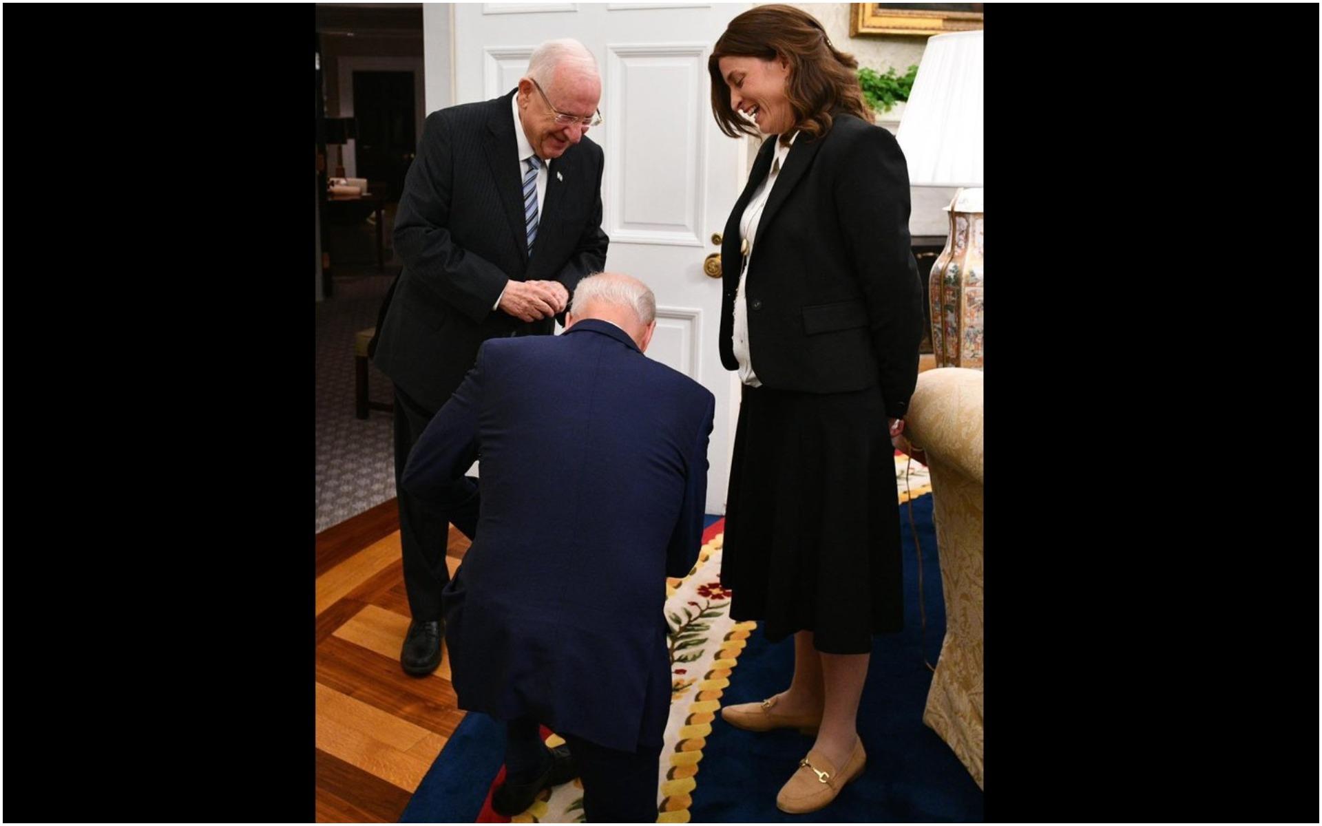 ΔΕΝ ΕΙΝΑΙ FAKE NEWS! O (πρόεδρος των ΗΠΑ) Μπάιντεν ΓΟΝΑΤΙΖΕΙ μπροστά στον πρόεδρο του Ισραήλ...