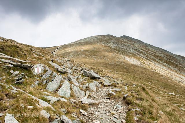 Kusztura csúcsra vezető út viharos időben