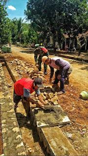 Kepedulian Babinsa Koramil Donorojo Ikut Gotong-Royong Pembuatan Talud