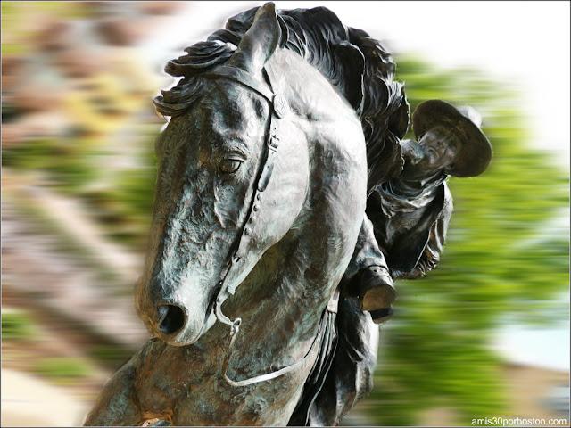 Escultura del Trail Boss en la Baccus Plaza de Plano