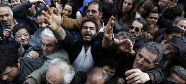 New York Times: Η Ελλάδα «ζαλισμένη από τα πέντε χρόνια ύφεσης και λιτότητας»  είναι πλέον έτοιμη να καταρρεύσει.