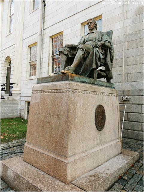 Estatua de John Harvard en el Campus Principal de la Universidad de Harvard