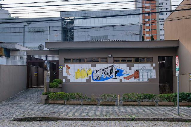 Casa com painel de azulejos na fachada