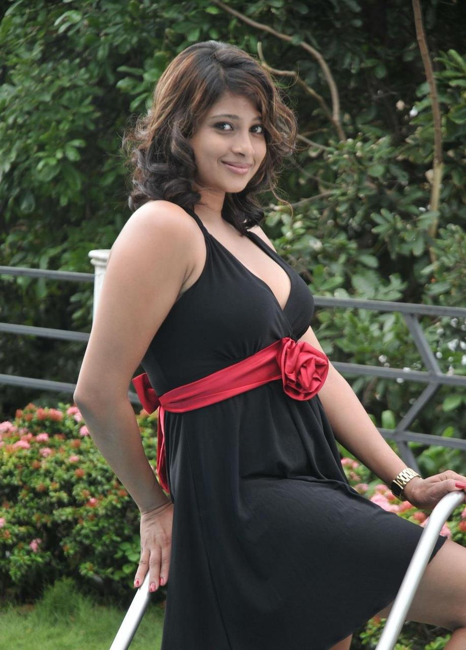 Girls: Hot Girls at Sri Lankan Car Wash photos