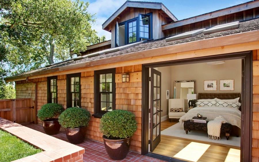 Dom w Kalifornii ze składaną, szklaną ścianą, wystrój wnętrz, wnętrza, urządzanie domu, dekoracje wnętrz, aranżacja wnętrz, inspiracje wnętrz,interior design , dom i wnętrze, aranżacja mieszkania, modne wnętrza, styl klasyczny, styl Hampton, taras, patio, weranda