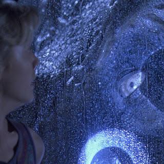 La célèbre scène de l'œil du tyrannosaure.  Source : Jurassic Park (1993)