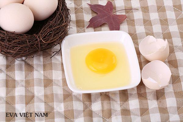 Lòng trắng trứng gà cùng có thể dùng trị mụn đầu đen