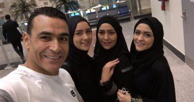 عصام الحضري وزوجته وبناته بلبس الاحرام متوجهين لأداء العمرة