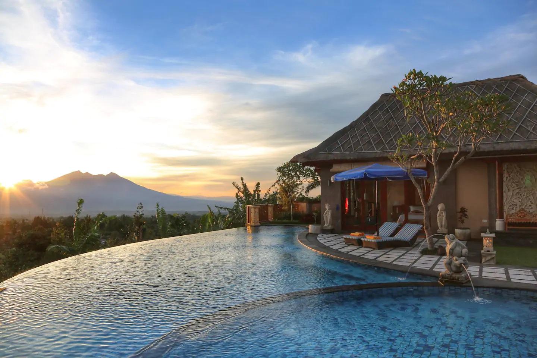 villa dengan infinity pool di puncak bogor