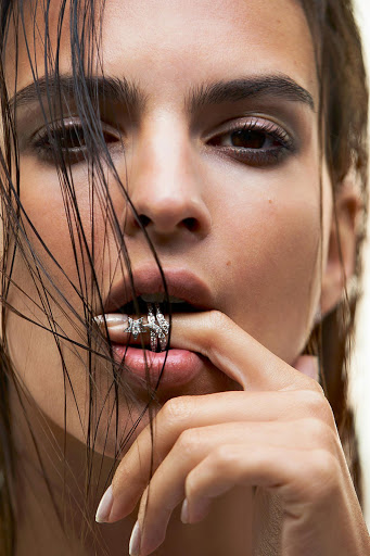 hot model emily ratajkowski topless photo shoot for es magazine may 2016