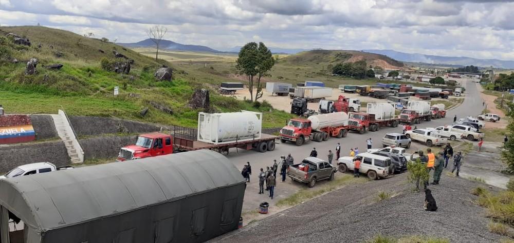 Caminhões com oxigênio da Venezuela passam pela fronteira do Brasil com destino ao AM