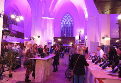 Ați fost vreodată la un festival de vin, la un Wijnfestival, într-o biserică?