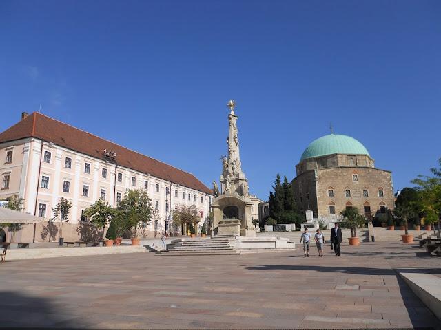 Pecs la piazza centrale con la moschea e la statua della trinità