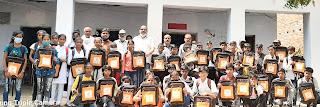 छात्र-छात्राओं को वितरित किया बैग    #NayaSaberaNetwork