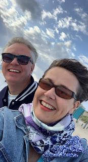 Martijn en Christel met waaihaar op het strand van Kijkduin