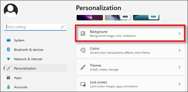 """في إعدادات تخصيص Windows 11 ، انقر فوق """"الخلفية""""."""