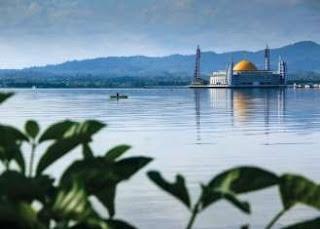 Lokasi Masjid Al Alam yang Berada Ditengah Teluk