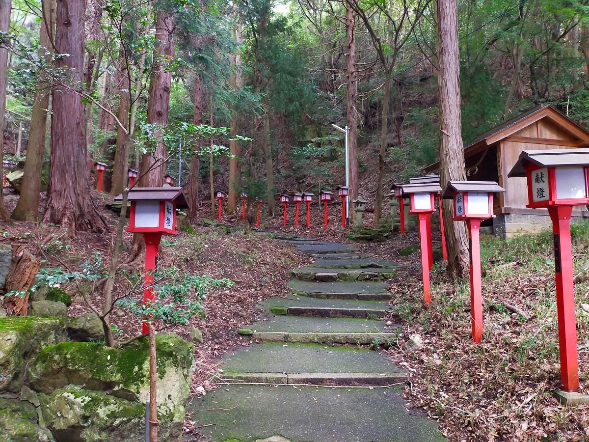 更に赤い灯籠の連なる階段は続きます。