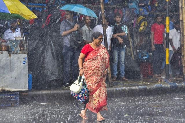 শক্তি বাড়াচ্ছে নিম্নচাপ, আরও ভারী বৃষ্টিপাত কলকাতা-সহ দক্ষিণবঙ্গে