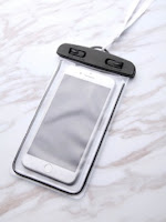 http://fr.shein.com/Clear-Waterproof-Oversized-Phone-Bag-p-370040-cat-1925.html?utm_source=melimelook.fr&utm_medium=blogger&url_from=melimelook