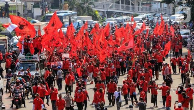 Massa PDIP: Jangan Rusak Panji Kebesaran, Kami Penguasa Takhta yang Sah!
