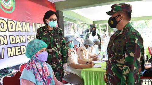 Pangdam I/BB Foto Beri Semangat Vaksinator Usai Tinjau Serbuan Vaksinasi Covid-19