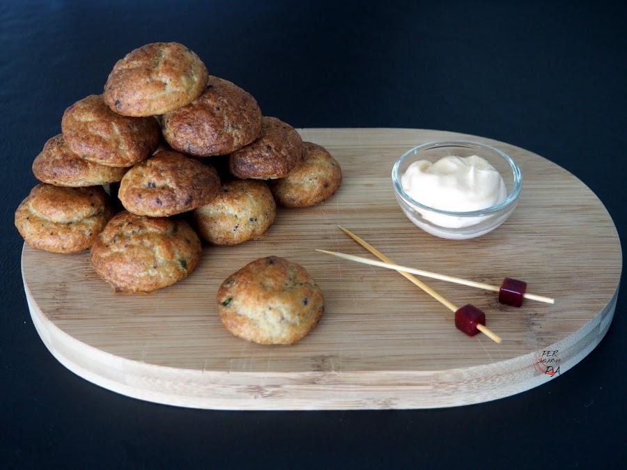 Buñuelos con masa de bacalao y morcilla de cebolla, presentados en dos cocciones, la tradicional fritura y la más ligera al horno